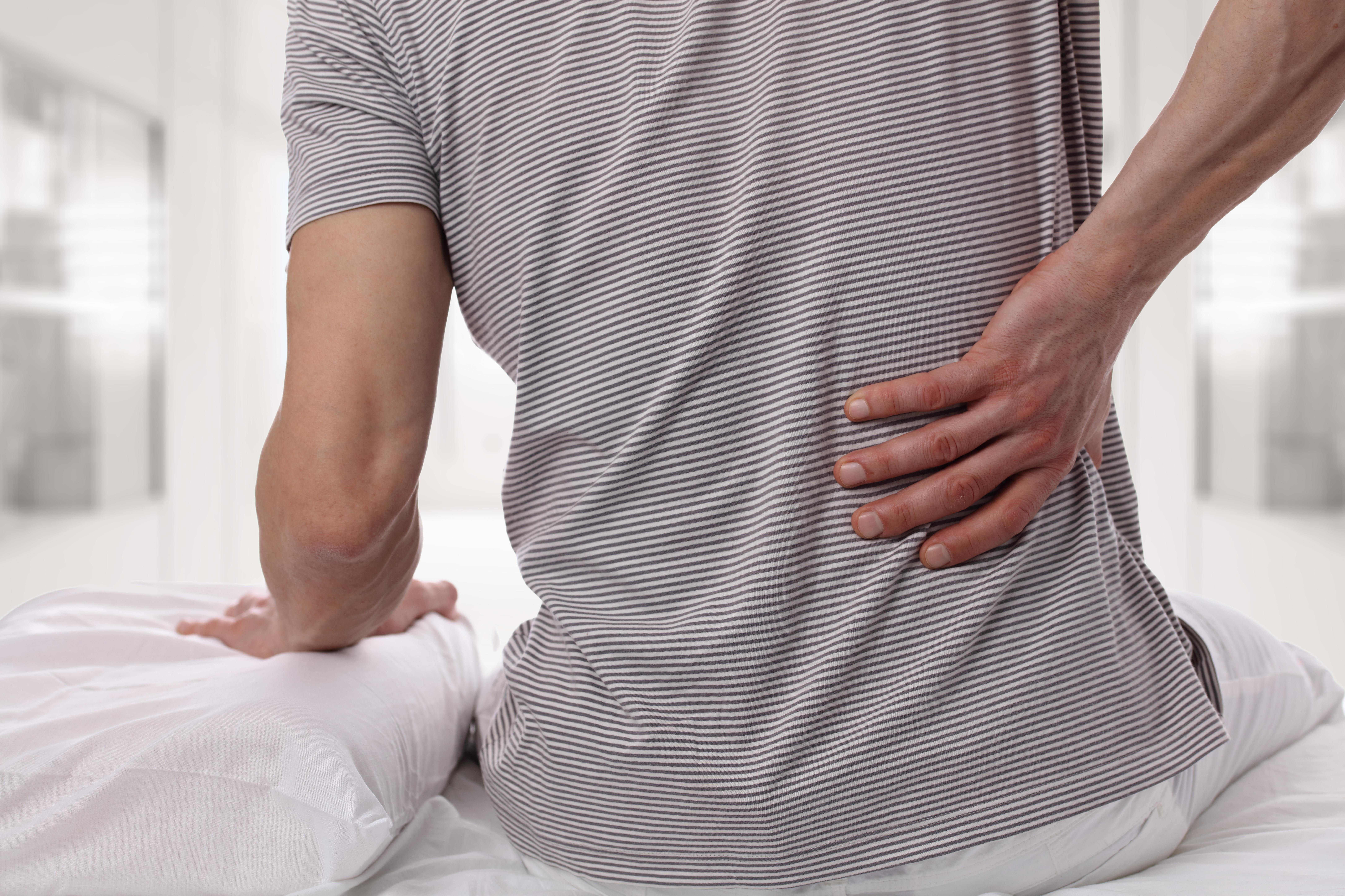 Stelhet eller smärta, vad skall man behandla?